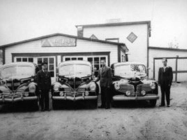 Charle-Édouard Trottier et sa flotte de taxis vers 1950 - Ville de Saint-Tite